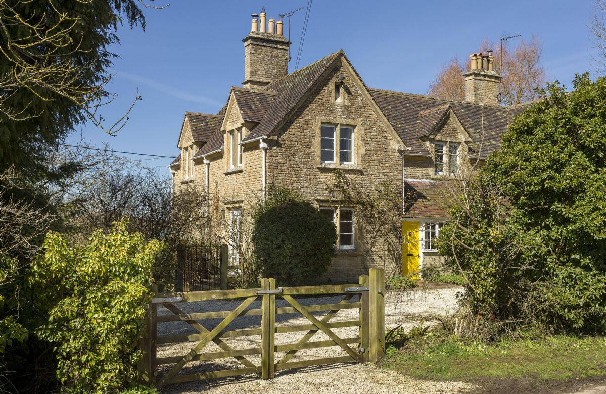 Oxfordshire Cottage Holidays - Click here for more about Lowfields